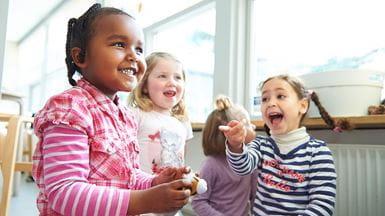 Børnehavebørn griner