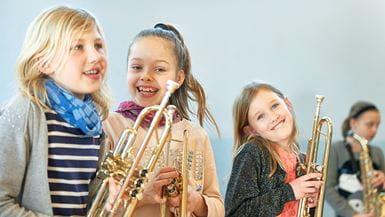 Piger med trompeter griner