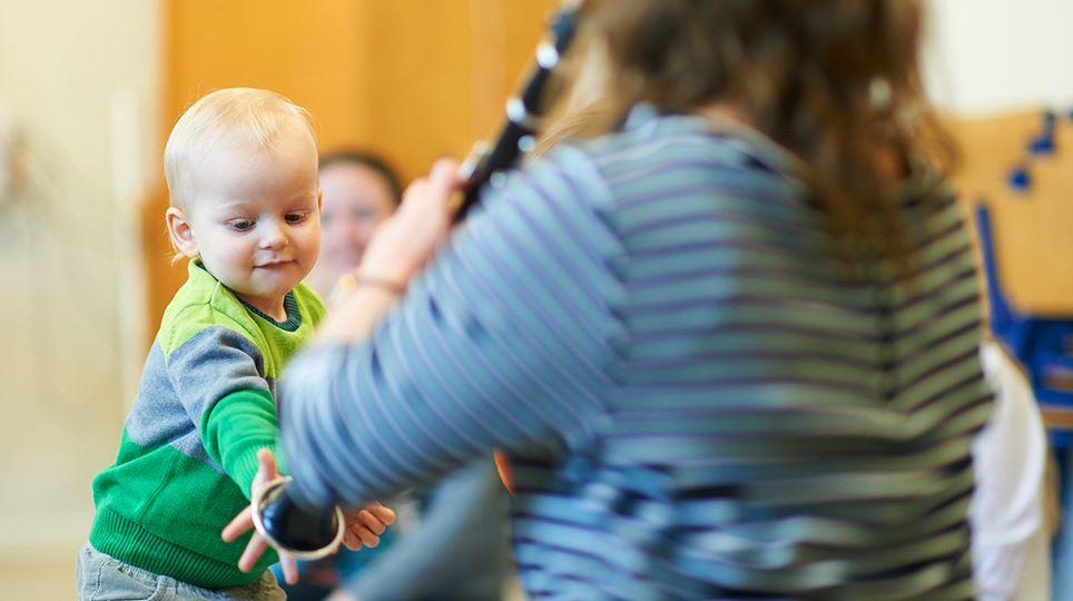 Lille dreng mærker klarinet