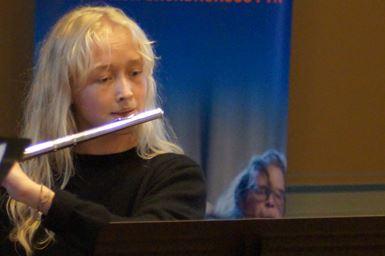Pige der spiller på tværfløjte fra musikalsk grundkursus fyns turné