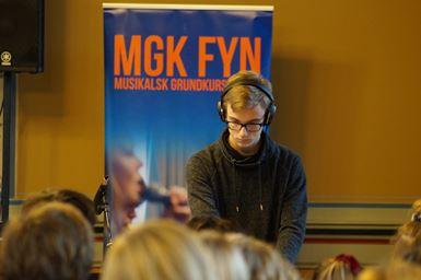 Ung mand spiller elektronisk musik fra Musikalsk Grundkursus Fyn Turné