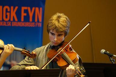 Ung mand spiller på violin fra Musikalsk Grundkursus Fyns Turné