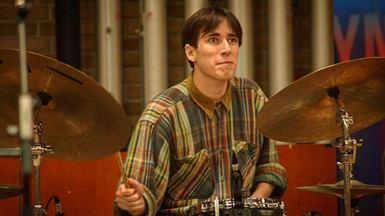 Ung mand spiller på trommer fra Musikalsk Grundskolee Fyn