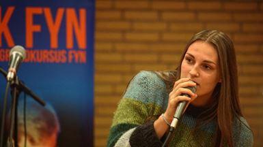 Ung pige synger i mikrofon fra Musikalsk Grundkursus Fyn Turné