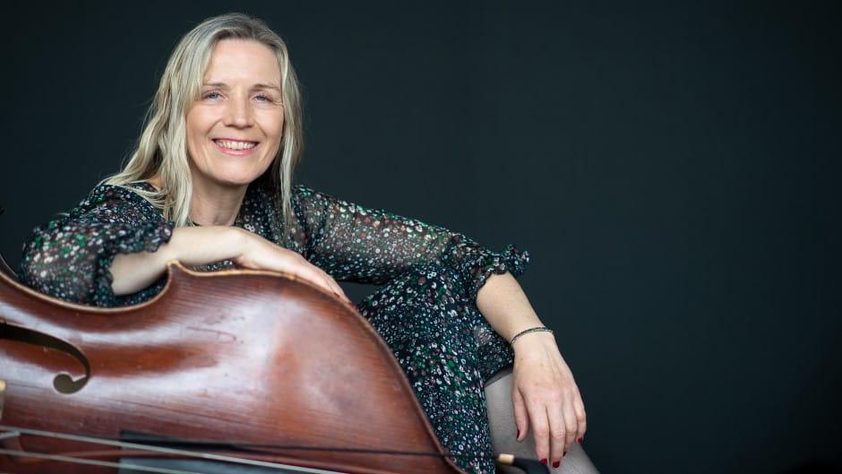 Hanne Havndrup underviser i kontrabas
