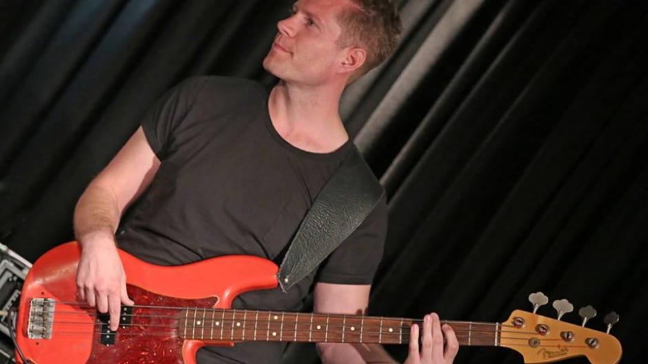 Jakob Riis underviser i elbas i Odense Musikskole