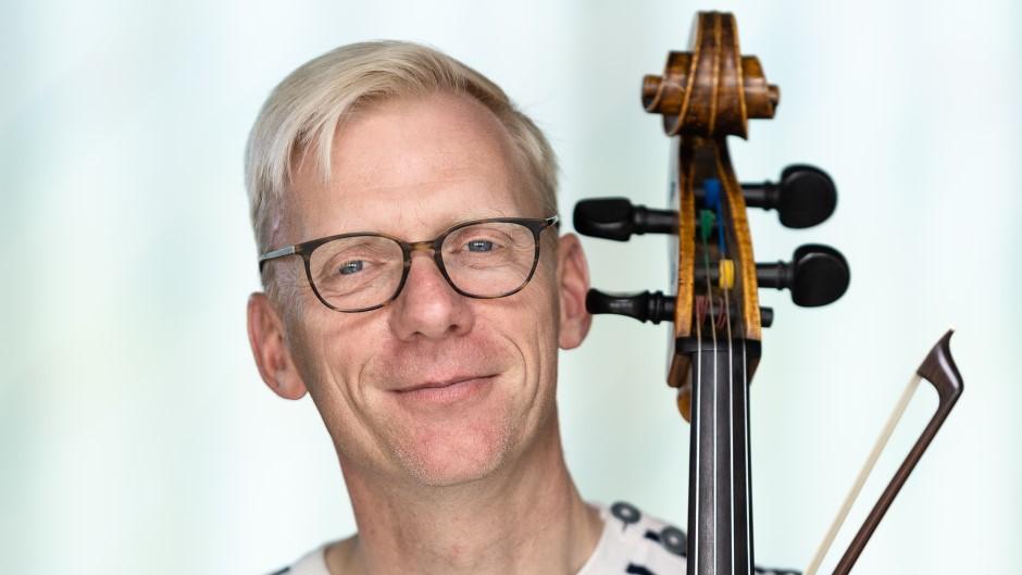Martin Høier underviser i cello