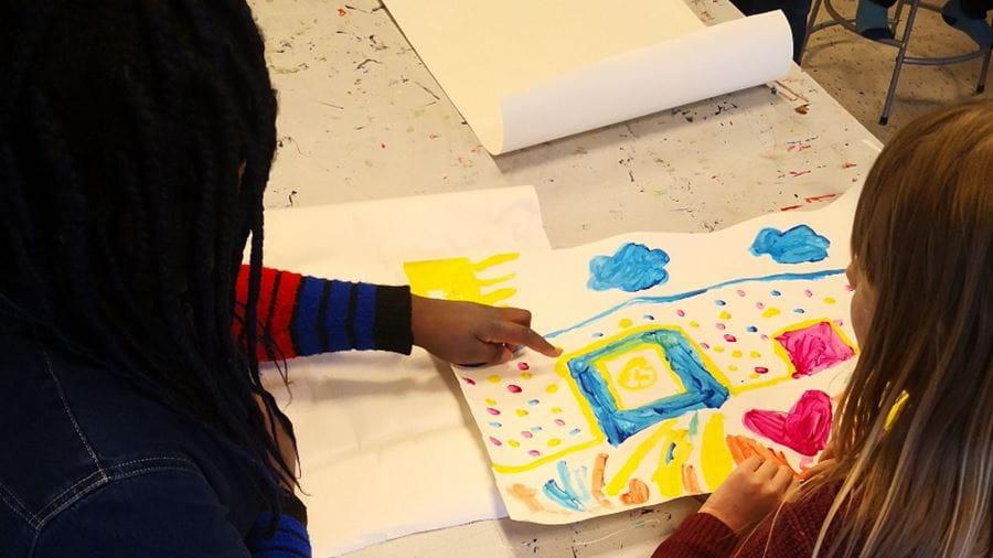 Børn maler i Kulturskolen i Vollsmose