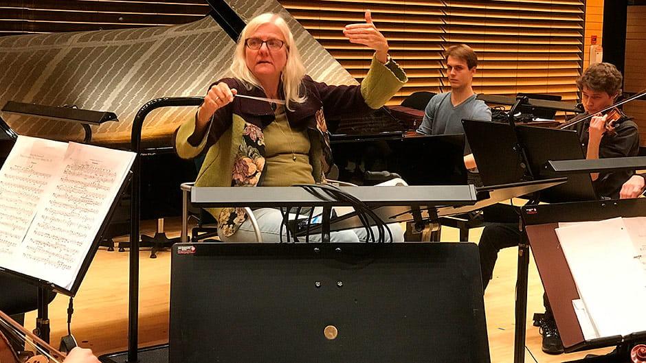 Mette Hanskov dirigerer med specielle håndtegn